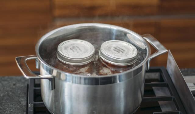 Zwei Gläser beim Einkochen im Wasserbad