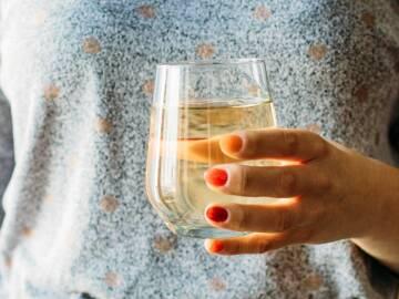 Glas Wasser mit Apfelessig