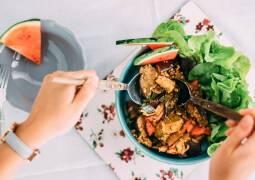 Veganes Rezept: Auberginen-Minz-Salat mit Wassermelonendressing