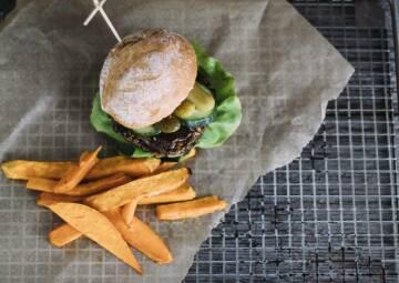 veganes rezept burger mit schwarzem bohnen patty und suesskartoffelpommes 1-1029065-700-990-0
