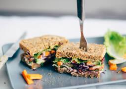 Vegetarisches Rezept: Avocado Veggie Deluxe Sandwich