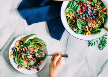 Wochenplan Vitamin C: spinatsalat mit blaubeerdressing