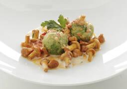 Vegetarisches Rezept: Spinat-Topfenknödel mit Pfifferlingen 1